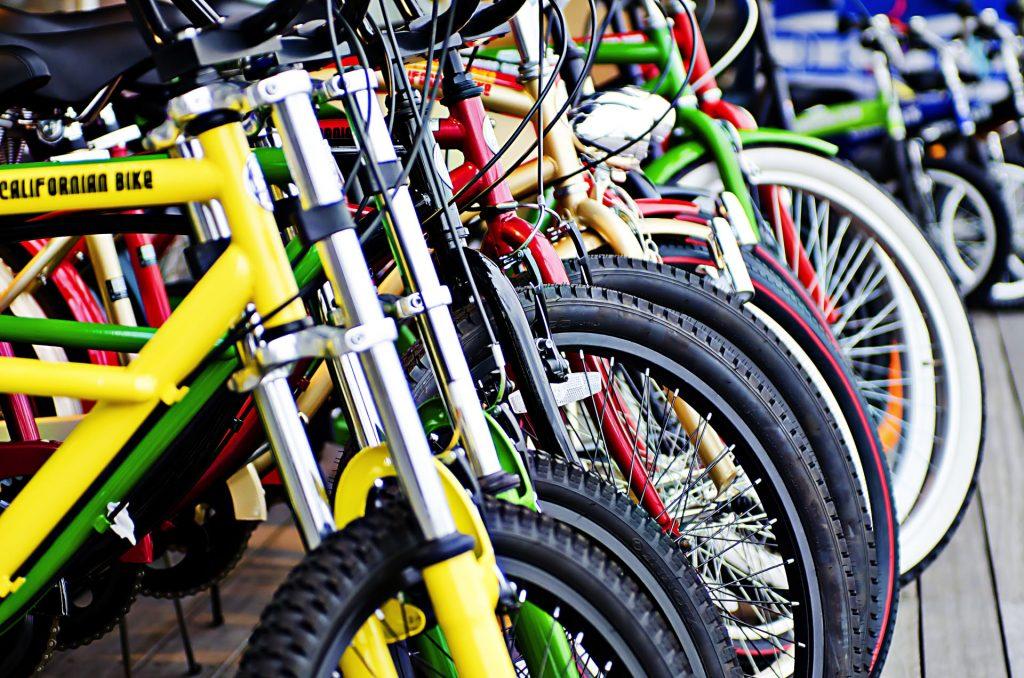 たくさんの自転車の駐車イメージ