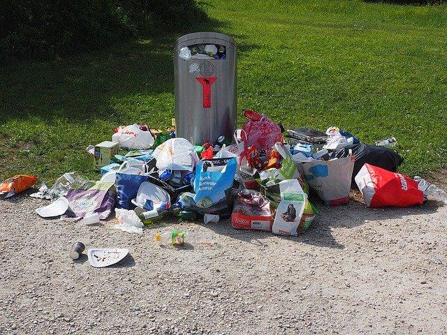 公園に散乱したゴミ